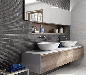 Baño con paredes de ceramico