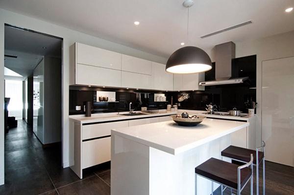 Cocina con isla en blanco y negro