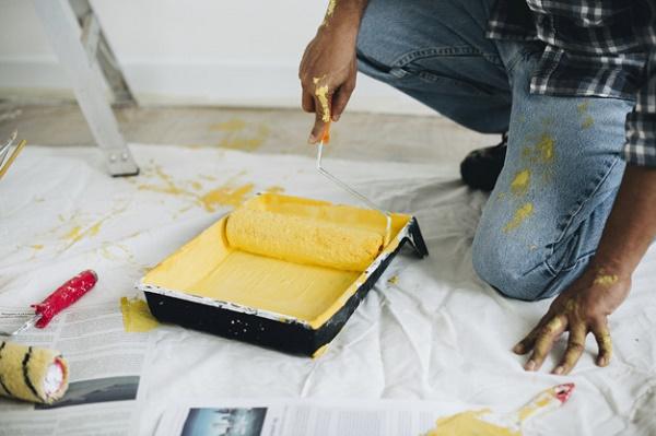 Contratar a una empresa para pintar un piso pequeño