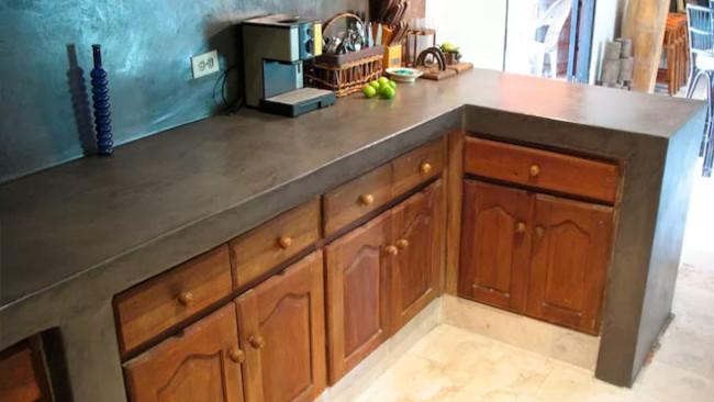 Encimera y muebles de cocina revestidos en microcementos