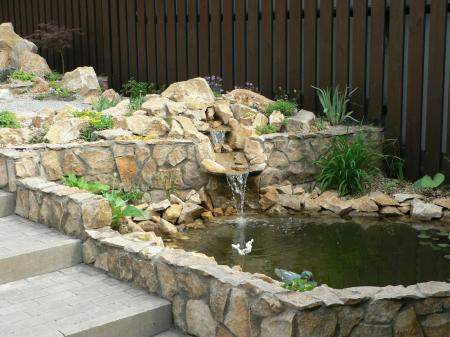una fuente pueden servir para tapar tuberas en los estanques se puede optar por sumergir las piedras esto le dar un toque ms esttico y natural