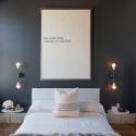 pared negra habitacion resalta decoracion y cuadros