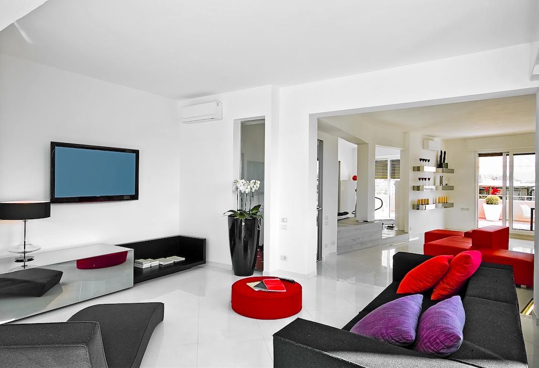 salon blanco moderno con sofa