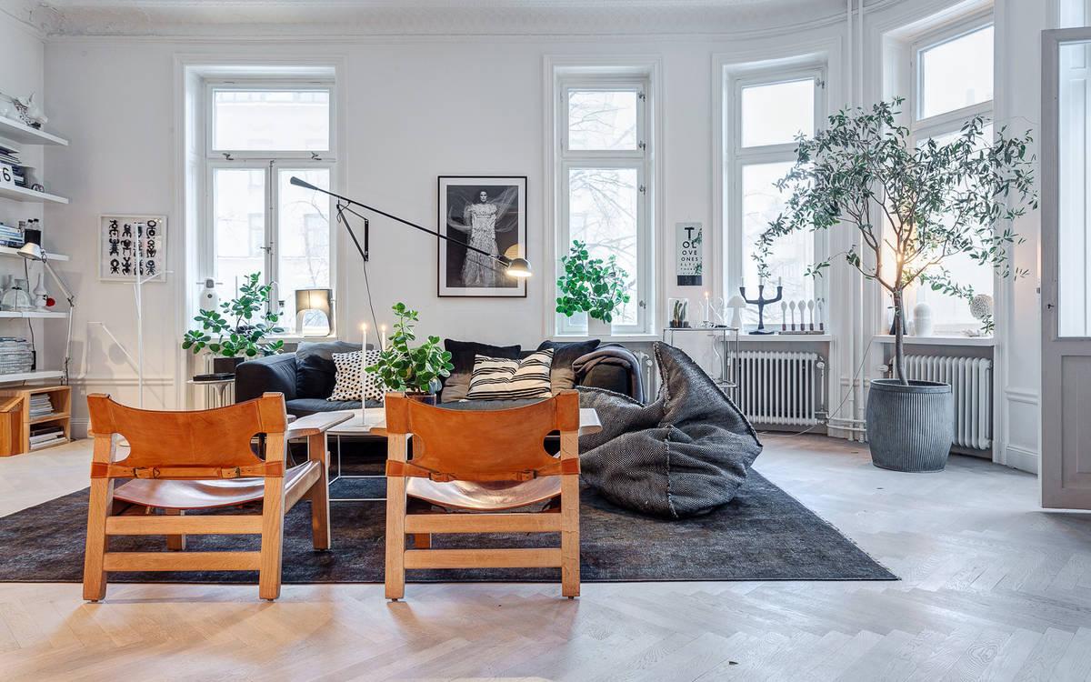 salon nordico blanco con sofa sillas butacas